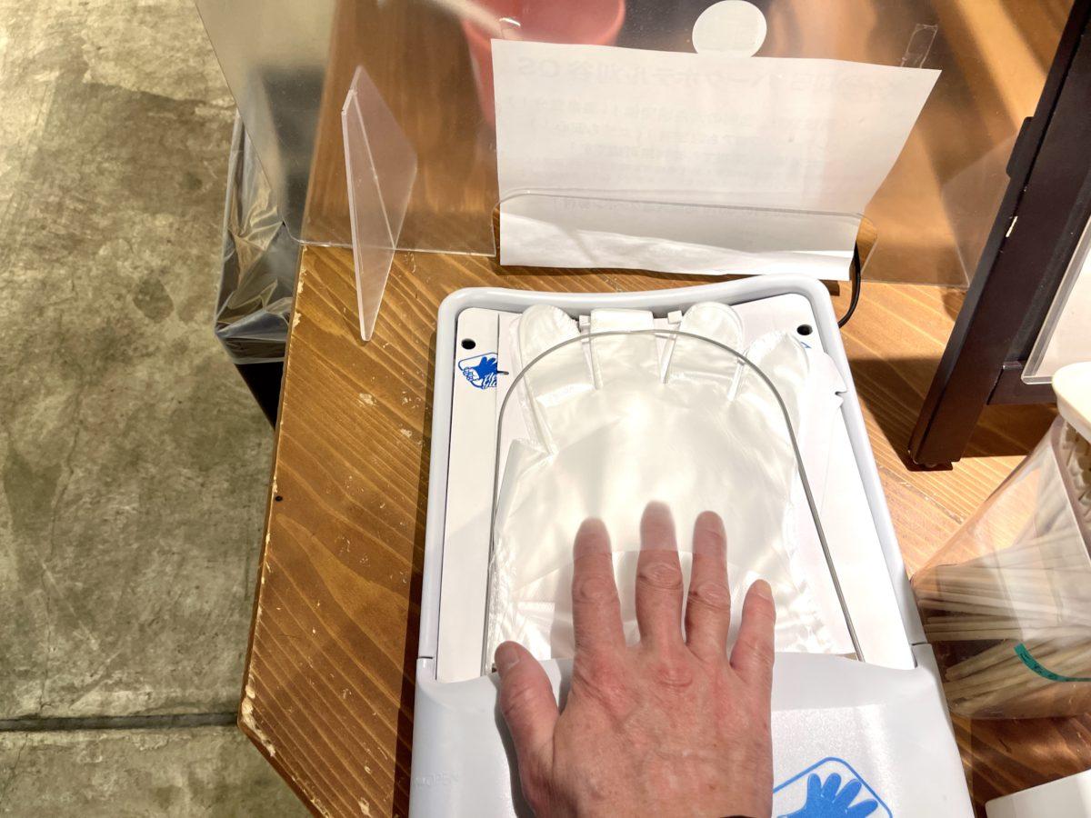 手をのせるだけで片手で簡単に装着できる手袋です!